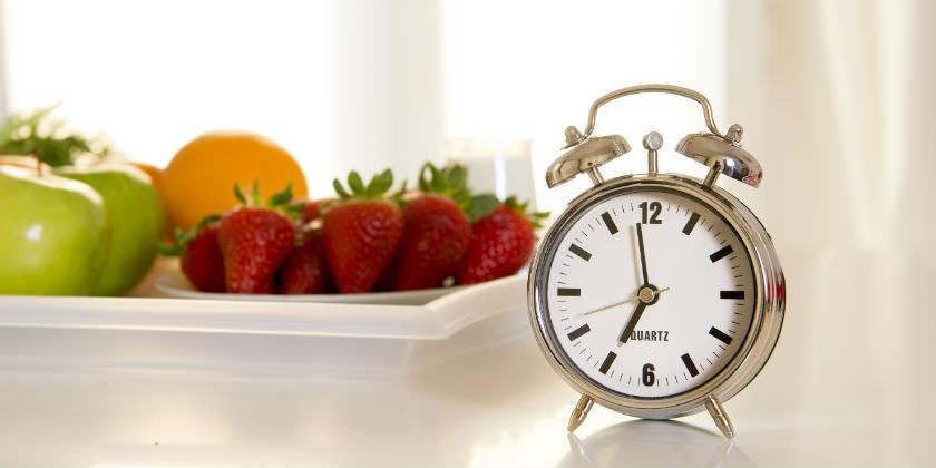 Fruta y un reloj.