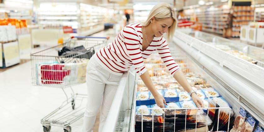 Mujer comprando congelados en el supermercado
