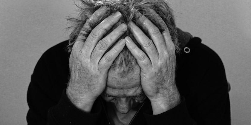 Uno de los síntomas principales de esta enfermedad es el dolor de cabeza (cefaleas).