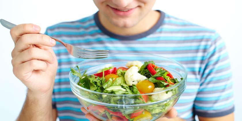 Un hombre come verduras