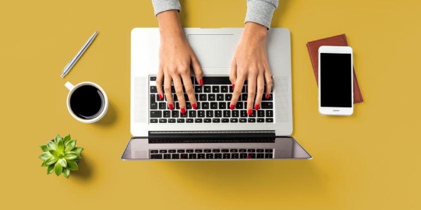 manos en ordenador portátil