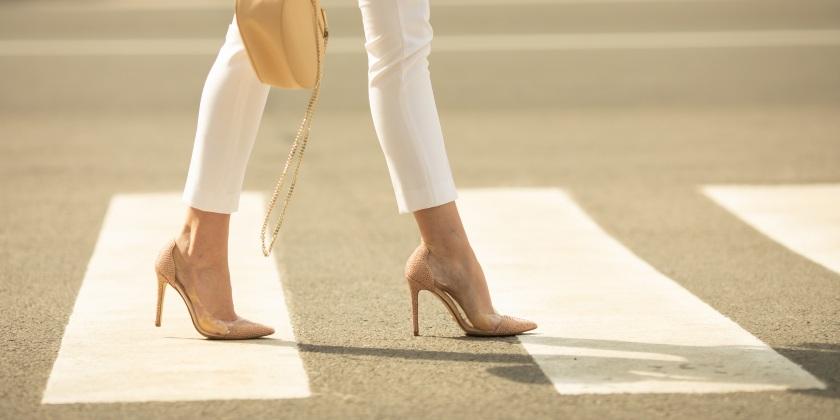 Mujer caminando con zapatos de tacón en punta.