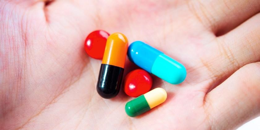 Mano con medicamentos