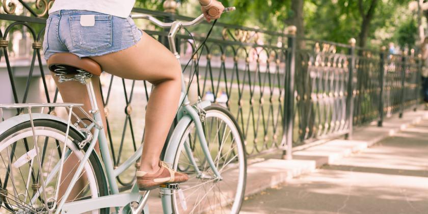 Ilustración que muestra mujer montando en bici.